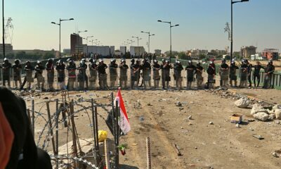 BRO STENGT: Sikkerhetsstyrker i Bagdad har stengt brua som leder til regjeringskvartalet, eller den såkalte grønne sonen. Foto: Hadi Mizban / AP / NTB scanpix