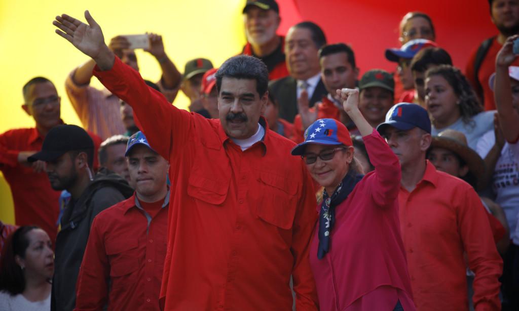 Venezuelas president Nicolás Maduro (t.v.) har fortsatt støtte fra landets sikkerhetsstyrker. Dette bildet er fra en TV-tale han hold tirsdag denne uka. Foto: Reuters / NTB Scanpix