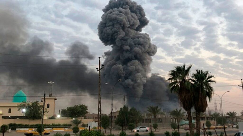 En røyksøyle stiger opp mot himmelen etter en enorm eksplosjon i en militærbase utenfor Bagdad 12. august. En irakisk granskning konkluderte med at basen ble bombet ved hjelp av en drone fra Israel. FOTO: Loay Hameed, AP