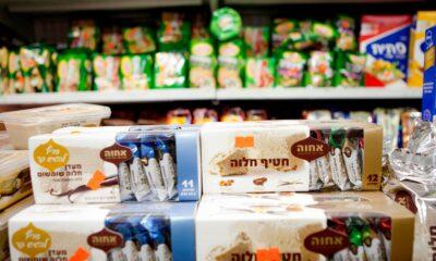 Matvareprodukter som er produsert på israelskokkuperte område på Vestbredden er i salg i supermarkeder i Tel Aviv. Skal de samme produktene selges i Europa, må de merkes tydelig med geografisk opprinnelse, fastslår EU-domstolen. FOTO: DAN BALILTY / AP