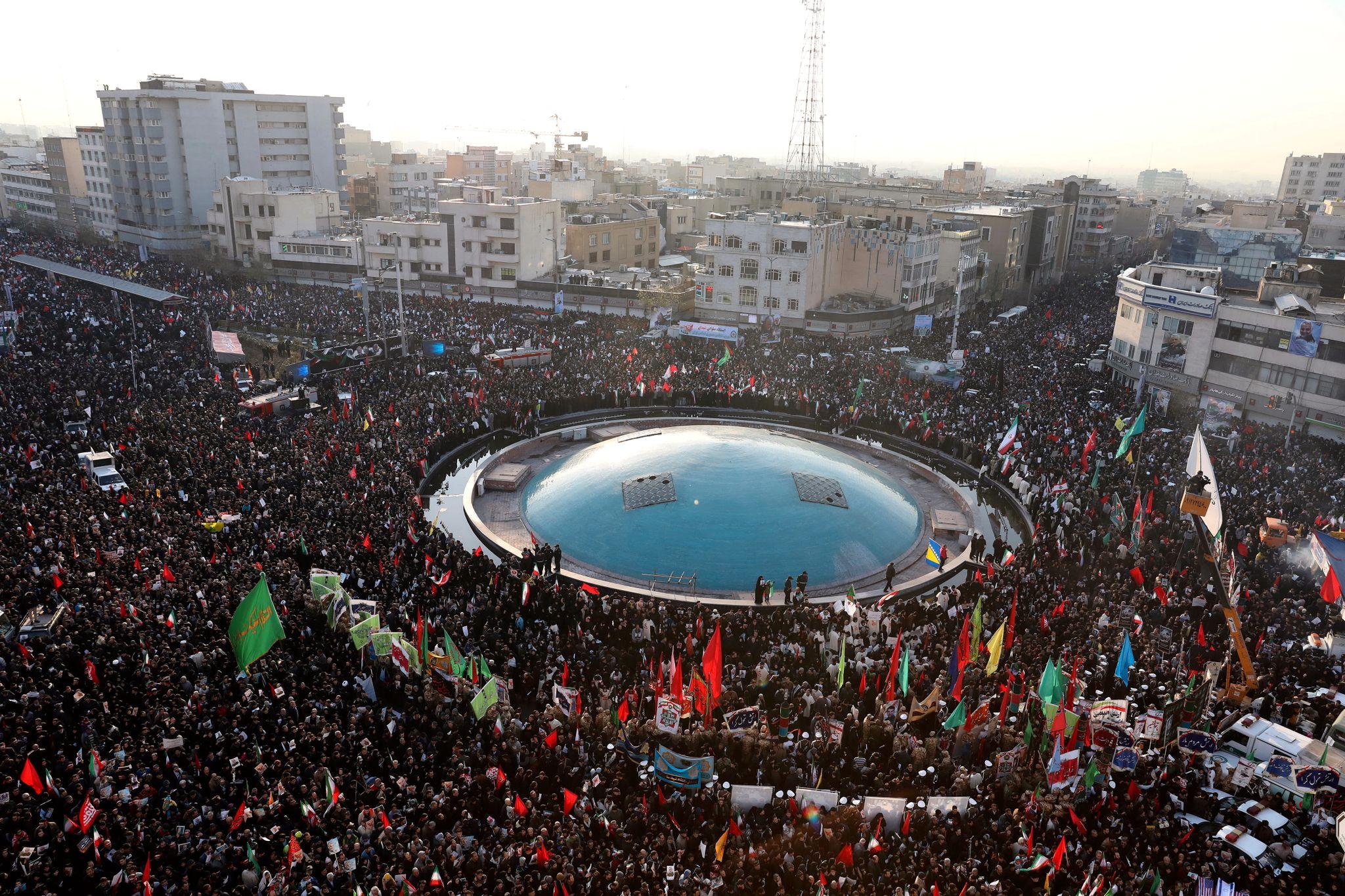 Tusenvis av mennesker deltok søndag i markeringer i Teheran og Ahvaz etter Qasem Soleimanis død.